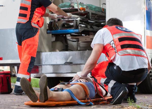 ratownicy medyczni zajmują się poszkodowanymi