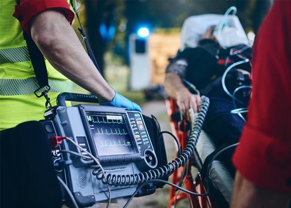 ratownicy medyczni ze sprzętem